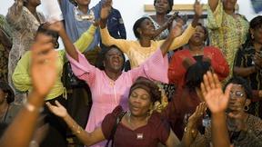 Un gruppo di donne congolesi festeggia la notizia dell'accordo di pace tra il governo del Congo ed i gruppi ribelli, 2005.