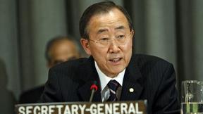 Primo piano del Segretario Generale delle Nazioni Unite Ban Ki-moon, mentre parla al microfono.