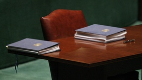 Foto di alcune copie della Convenzione sui diritti delle persone con disabilità appoggiate su un tavolo, pronte per essere firmate, New York, 2006.