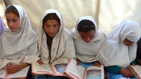 Quattro giovani ragazze di una scuola del Kashmir, India, mentre leggono.