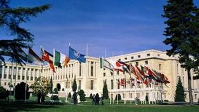 Palazzo delle Nazioni, Ginevra. Veduta esterna con le bandiere degli Stati membri delle Nazioni Unite.