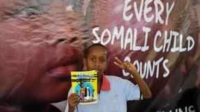 studente di Mogadiscio con in mano un libretto a fumetti sulla pace