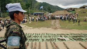 Un soldato venezuelano è di guardia al campo mentre la resistenza nicaraguegna depone le armi davanti al gruppo di osservatori delle Nazioni Unite in America Centrale (ONUCA) come parte di un più ampio processo di pace in America Centrale, 18 aprile 1990, El Paraiso, Honduras