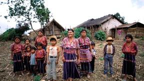Famiglia Cakchiquel nel villaggio di Patzutzun in Guatemala (1993)