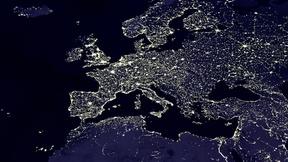 Immagine satellitare dell'Europa di notte. La luce delle maggiori aree metropolitane è chiaramente visibile.