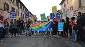 """50 studenti e volontari in servizio civile dell'Università di Padova portano 28 cartelli con la scritta """"Diritto umano alla pace"""" in 28 lingue diverse, alla Marcia per la Pace Perugia-Assisi 2014."""