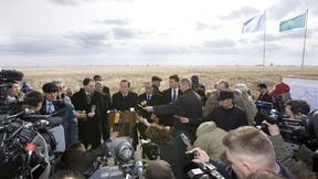 Il Segretario generale Ban Ki-moon legge una dichiarazione ai media dopo la visita al Ground Zero del sito per i test nucleari di  Semipalatinsk