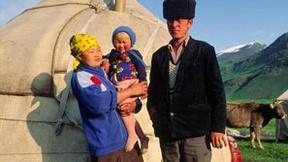 Una famiglia Kirghiz di fronto alla loro yurta nella valle Tchonkymyn