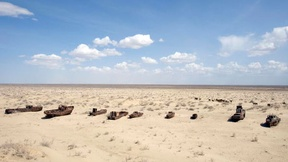Una veduta di navi arrugginite e abbandonate dopo il ritiro del mare a Muynak in Uzebkistan