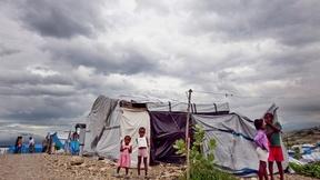 Alcune nuvole nere incombono su un campo per gli sfollati del terremoto del gennaio 2010 a Port-au-Prince, Haiti