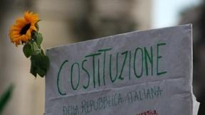 Un manifesto riporta il testo dell'articolo 1 della Costituzione italiana