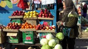Banco di frutta al mercato di Aralsk (Kazakhstan), 2006