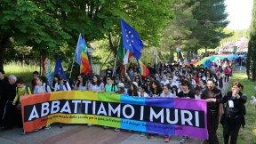 """Immagine di una manifestazione a sostegno e promozione della campagna """"Abbattiamo i muri. Costruiamo una fraternità universale"""", promossa dalla Tavola della pace"""
