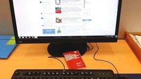Un computer con la pagina dell'Archivio pace e diritti umani