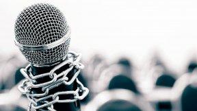 """Immagine di copertina raffigurante un microfono incatenato, a simboleggiare gli attacchi e le minacce contro la libertà dei media in Europa. Rapporto annuale 2019 """"Democrazia a rischio: minacce e attacchi contro la libertà dei media in Europa"""", Piattaforma del Consiglio d'Europa per la protezione del giornalismo e la sicurezza dei giornalisti"""