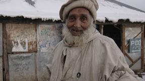 Primo piano di uomo anziano durante un'emergenza freddo, 2012