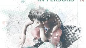 foto di un bambino seduto a terra, colori pastello, in alto a destra scritta in inglese Rapporto globale sulla tratta delle persone 2014