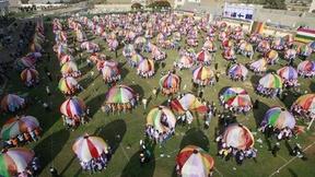 Durante la celebrazione dell'ultimo giorno dei Giochi estivi di quest'anno, 3.500 bambini delle scuole di Gaza intendono battere il guiness dei primati giocando con 157 paracaduti colorati giganti, allo stadio Khan Younis. Ogni paracadute è tenuto da 20 bambini.