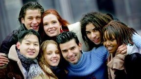 Giovani di diversi paesi abbracciati insieme