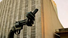 La famosa Scultura dell'artista svedese Carl Fredrik Reuterswärd di fronte alla sede delle nazioni Unite a New York