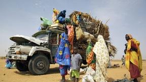 Un gruppo di di sfollati arriva in camion al campo di Zamzam, Sudan, 2009