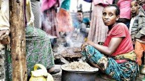 Una donna della comunità Gedeo cucina in un campo per persone sfollate in Etiopia.