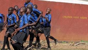 Bambini ugandesi che giocano a calcio con la Maglia dell'Inter.