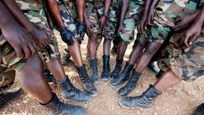 """I membri del contingente ruandese dell'Unione Africana-Nazioni Unite si fanno fotografare per sostenere la campagna """"Lend your Leg"""""""