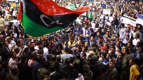 Una folla di manifestanti protesta contro la situazione di illegalità presente nel paese e chiede l'istituzione di un esercito nazionale