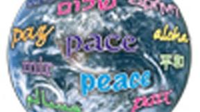 """Un mondo con scritto il termine """"pace"""" in lingue differenti"""