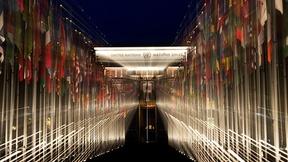 Veduta notturna delle 193 bandiere degli stati membri delle Nazioni Unite a Palais des Nations, Ginevra.