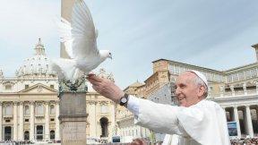 Foto di Papa Francesco con una colomba, simbolo della pace