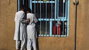 I detenuti guardano attraverso una finestra della prigione centrale di Bamyan, in Afghanistan