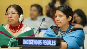 Due persone partecipano alla Giornata Internazionale dei Popoli Indigeni del Mondo