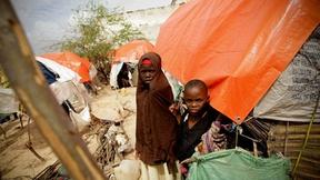 Due bambini somali nel campo profughi a Mogadiscio. La Somalia è stata colpita da una grave siccità che ha devastato ampie zone del Corno d'Africa, lasciando circa 11 milioni di persone bisognose di assistenza umanitaria.