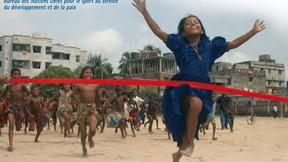 Una bambina in corsa taglia il traguardo segnato da un filo rosso