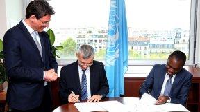 Il Vice Direttore General di UNESCO Xing Qu e il Presidente della Corte africana Justice Sylvain Oré firmano il memorandum d'intesa