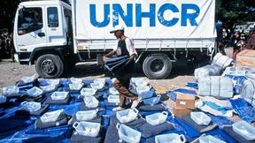 Un operatore dell'UNHCR prepara i kit da distribuire agli sfollati interni di rientro. Il kit si compone di un paio di lenzuola in plastica, una coperta, una tanica e del sapone.