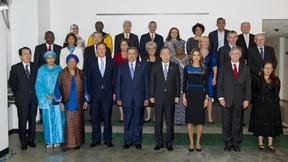 Il Segretario generale Ban Ki-moon (quarto da destra, prima riga) è ripreso in una foto di gruppo con i membri del Panel di alto livello per l'Agenda sullo sviluppo post-2015