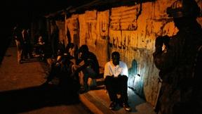 Un soldato delle Nazioni Unite brasiliano, sulla destra, partecipa in un pattugliamento notturno di Cité Soleil, quartiere povero vicino alla capitale di Haiti Port-au-Prince