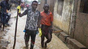 Due giovani uomini durante l'alluvione dell'area di Shababuri nel Pemba in Mozambico, dopo una forte pioggia (Aprile 2019).
