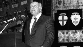 Altiero Spinelli pronuncia la Lectio Magistralis in occasione del conferimento della laurea honoris causa in Scienze politiche, 28 maggio 1982, Aula Magna Università di Padova. Al suo fianco il gonfalone dell'Ateneo Patavino, decorato Medaglia d'Oro al valore della Resistenza.