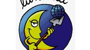 Mezza luna che sorride all'interno di un cerchio blu con in mano una paletta che alza una piccola sfera a forma della terra.
