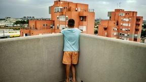 panoramica del quartiere Perrino di Brindisi con in primo piano ragazzo di spalle.