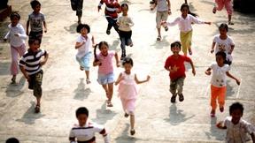 Bambini che corrono in un parco giochi