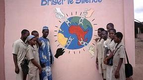 """Gruppo di studenti del Progetto d' Educazione """"Tratta transatlantica degli schiavi"""" della scuola UNESCO di Abomey, Benin."""