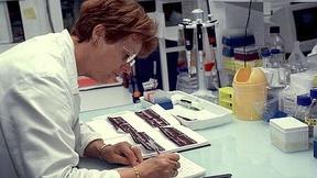 Foto di una ricercatrice che lavora in un laboratorio di un centro per la ricerca genetica.