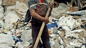 Bambino colombiano pulisce le strade della baraccopoli in cerca di materiali da rivendere