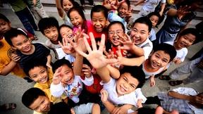 Gruppo di bambini sorridenti visti dall'alto
