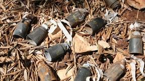 Residui di munizioni a grappolo esplose in un oliveto